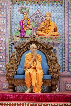 Swamishri greets devotees with 'Jai Swaminarayan' Yamaha Rx100, Guru Purnima, Ganesha Art, Wallpaper Downloads, Spirituality, Culture, Statue, Lord, Pictures
