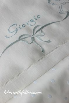 lenzuolino culla - embroidery White Embroidery, Hand Embroidery, Machine Embroidery, Monogram Bedding, Baby Bedding Sets, Cross Stitch Baby, Bargello, Punch Needle, Baby Sewing