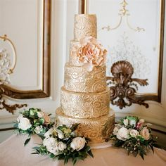 Gorgeous metallic gold cake! It's almost too pretty to eat. Cake by: City Sweets and Confections // Photo: Cly Creation