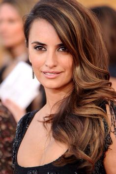 Penelope Cruz rocking the Balayage effect Hair Day, New Hair, Brunette Highlights, Color Highlights, Honey Highlights, Natural Highlights, Highlights For Brunettes, Brunette With Caramel Highlights, Brown Hair With Highlights And Lowlights