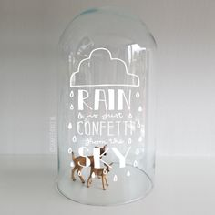 'Rain is just confetti from the sky' quote, een lieve met de hand getekende quote met wolk en regendruppels raamtekening.
