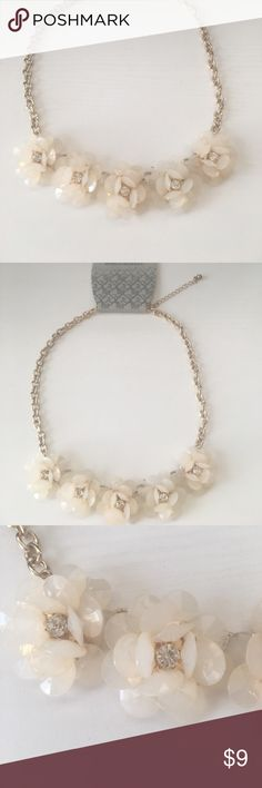 🌸NWT Flower Necklace🌸 Adjustable necklace. No flaws. Make an offer or bundle for discount 😊 World Market Jewelry Necklaces