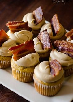 Maple Bacon Cupcakes 27 Delicious Bacon Desserts You Never Knew You Needed Maple Bacon Cupcakes, Yummy Cupcakes, Breakfast Cupcakes, Maple Candied Bacon Recipe, Amazing Cupcakes, Just Desserts, Delicious Desserts, Yummy Food, Oreo Desserts