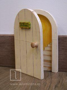 Una puerta para el ratoncito Pérez que se abre. Con dibujo de escaleras en su interior. Diy Fairy Door, Fairy Garden Doors, Fairy Garden Houses, Fairy Doors, Horseshoe Art, Secret Rooms, Wood Interiors, Barbie Furniture, Hobbies And Crafts