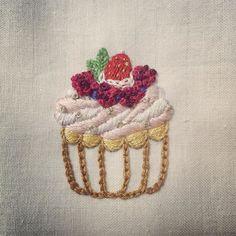. 내가 먹고 싶은거 만들기   #딸기 #컵케이크 #cupcake #열개만들어야짘ㅋㅋ #embroidery #handstitch  #자수 #프랑스자수 #자수타그램 #프롬유_자수일기