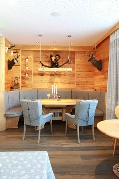 Altholzstube aus unserer Tischlerei At the Hotel Sommerhof in Gosau. Made from old spruce wood. Küchen Design, Sofa Design, Oval Table, Dining Table, Dining Room Furniture, Cool Furniture, Old Wood, Carpentry, Sweet Home