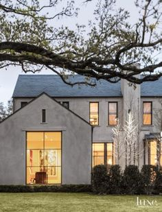 Smooth troweled cement plaster and a slate roof define this exterior. via Home Improvement Hub Smooth troweled cement plaster and a slate roof define the exterior. Stucco Exterior, Design Exterior, Exterior Colors, Exterior Windows, Stucco Siding, Stucco Colors, Cafe Exterior, Ranch Exterior, Craftsman Exterior