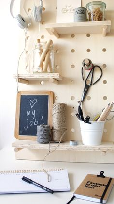 Maak je eigen pegboard - Huisgeluk Big Girl Rooms, Boy Room, Kids Room, Teenager Zimmer Design, Teen Room Designs, Mini Office, Workspace Inspiration, Learning Spaces, Coin Couture