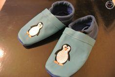 Lederpuschen mit Pinguin Motiv - Lennys Füße wachsen und wachsen, deshalb war es im Jänner wieder Zeit für neue Schuhe. Warme Stiefel und Sportschuhe waren schnell gefunden, bei den Lederpuschen, die wir dringend für den Kindergarten brauchen, war es schon schwieriger. Es gibt im Web unglaublich viele Seiten die... - http://www.vickyliebtdich.at/lederpuschen-mit-pinguin-motiv/