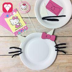 Die passende Tischdeko kannst Du einfach mit einem Papierteller und ein paar schwarzen Pfeifenputzern nachbasteln. Weitere Ideen für Deko, Essen etc. für die Hello-Kitty-Party gibt es bei blog.balloonas.com
