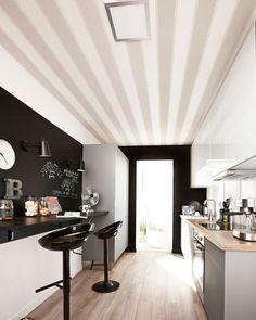 Le gris se décline jusque sur le plafond, alors que le noir crée la profondeur et joue les tableaux d'écolier.