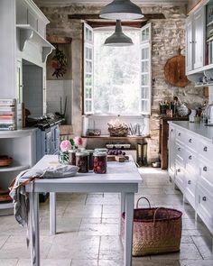 Bli med på en magisk tur til et slott i Frankrike - Franciskas Vakre Verden Rustic Kitchen, Country Kitchen, Kitchen Dining, Kitchen Decor, Room Kitchen, European House, French Country House, Cottage Kitchens, Home Kitchens