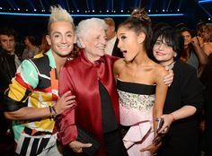 Pin for Later: Ariana Grande's Oma stahl allen die Show bei den American Music Awards