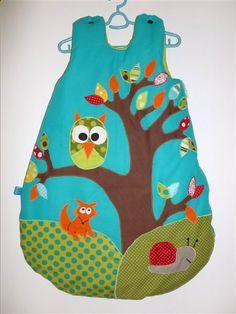 Gigoteuse  avec un hibou sur sa branche et un renard et son copain escargot. Coloris turquoise. Création unique et sur mesure pour bébé - Pistache & Chocolat.