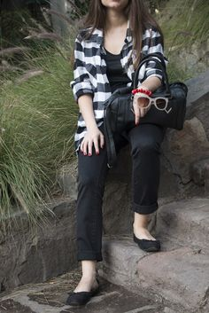 Camisa cuadros, blanco y negro. Jeans negros. Plaid shirt, black and white. Black jeans