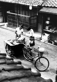 tofuist: 豆腐売り(上京区 昭和34年)Tofu vendor 1959 Kyoto Old Pictures, Old Photos, Vintage Photos, Japanese History, Japanese Culture, Showa Era, Japan Photo, Japanese Streets, Kyoto Japan