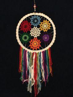 Mandalas con lanas Hippie Crochet, Crochet Home, Love Crochet, Macrame Wall Hanging Patterns, Crochet Wall Hangings, Dreamcatchers, Crochet Mandala Pattern, Crochet Patterns, Diy Dream Catcher Tutorial