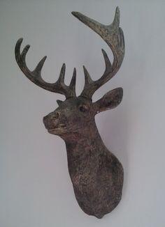 Blog post at Huisvlijt : Kijk eens wat ik voor mijn verjaardag heb gekregen? Een prachtige houten hertenkop! Gevonden bij de Action. Ik vind hem prachtig! Rond[..]