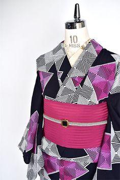 黒地にオペラピンク鮮やかに、スクエアモチーフが組み合わせられたモダンでアートな注染レトロ浴衣です。