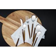Våre tips til festsesongen | #borddekking #vår #2020 #trender #inspirasjon #servise #bordpynt #bestikk #kremmerhuset Knife Block, Lily, Alternative