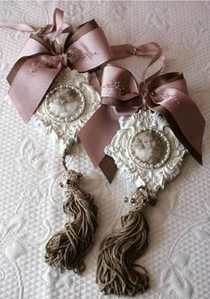 53 Ideas Shabby Chic Christmas Decorations French Country For 2019 Victorian Christmas, Pink Christmas, Vintage Christmas, Christmas Crafts, Christmas Ornaments, Xmas, Shabby Chic Christmas Decorations, Plaster Crafts, Iron Orchid Designs