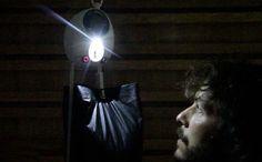 Wird das Gewicht nach oben gezogen, liefert Gravitylight etwa eine halbe Stunde lang Licht. (Bild: Martin Riddiford, Jim Reeves)