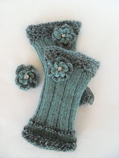 Bernis Strickwelt: Winterblümchen…… Bernis Strickwelt:… – Awesome Knitting Ideas and Newest Knitting Models Fingerless Gloves Knitted, Knit Mittens, Knitting Socks, Hand Knitting, Knitting Patterns, Crochet Patterns, Knitting Projects, Crochet Projects, Hand Embroidery Patterns Flowers