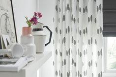 Wil je je (slaap)kamer echt donker hebben 's nachts, kies dan voor een combinatie met een verduisterend vouwgordijn. Hier gedessineerd gordijn Lotta met verduisterend & isolerend vouwgordijn Reflex, gemaakt met gerecycled polyester garen. #gordijnen #kussens #curtains #cushions#Gardinen#Vorhänge