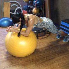 Rosca direta 3x12 conj triceps na corda 3x15 + abdômen na bola 3x30
