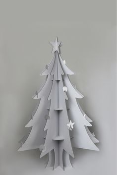 Upcycled Christmas Tree out of Cardboard Cardboard Tree, Cardboard Christmas Tree, Cardboard Crafts, Xmas Tree, Christmas Tree Decorations, Holiday Decor, Sapin Design, Alternative Christmas Tree, Noel Christmas