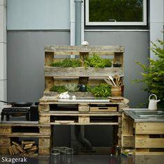 DIY! Diese robuste Outdoorküche wurde aus alten Paletten selbst gebaut. Wozu fürs Kochen unter freiem Himmel nur einen gewöhnlichen Campingkocher verwenden,  …