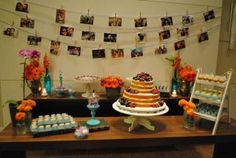 CasamentoRomantico_AzuleLilas_Miniwedding_05. Mesa do bolo com naked cake docinhos e decoração azul tiffanny, lilás e laranja. Toques vintage nesse casamento romântico para poucos convidados em casa. Mini wedding diy. Varal de fotos dos noivos.