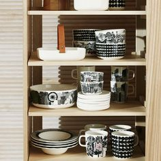 This stoneware mug features the Räsymatto pattern in black dots. The Siirtolapuutarha Räsymatto Mug is made of dishwasher, oven, microwave and Marimekko, Porcelain Dinnerware, Stoneware Mugs, Simple Shapes, Home Collections, Room Decor Bedroom, Home Kitchens, Bookcase, Shelves