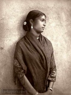 Young woman vintage portrait in Sri Lanka Old Pictures, Old Photos, Indian Pictures, Vintage Photographs, Vintage Photos, Portraits Victoriens, Portrait Art, Indian People, Vintage India