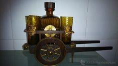 carreta con vasos y botella de whisky