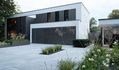 Moderne Architektur im Tageslicht. Pulverbeschichtete Hochbeete in gleicher Farbe wie Fenster und Garage von Rheingrün. Exklusiv und hochwertig.