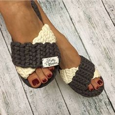 Strickgarn und Polyesterschnur in . Crochet Sandals, Crochet Shoes, Crochet Yarn, Crochet Stitches, Knitted Slippers, Knitted Bags, Crochet Flip Flops, Knitting Patterns, Crochet Patterns