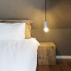 Strakke vormen, lichte kleuren en natuurlijke materialen zijn de kenmerken van een Scandinavisch interieur. #lampenlicht #Scandinavisch #white #wood #home #inspiration #homedeco #design #bedroom #lights #scandinavian
