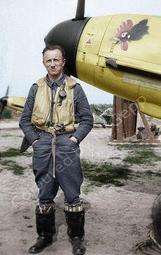 Pilot der neben seiner Messerschmitt in Bernay/Frankreich ~ BFD Ww2 Aircraft, Fighter Aircraft, Military Aircraft, Luftwaffe, Nose Art, Photo Avion, Pilot Uniform, Pin Up, Focke Wulf