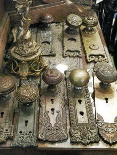 Off The Wall Architectural Antiques, Carmel I've always loved old door knobs! Décor Antique, Antique Decor, Vintage Decor, Vintage Antiques, Vintage Items, Antique Furniture, Vintage Stuff, Victorian Wall Decor, Geek Furniture