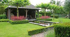 http://www.tuindesign-ten-horn.nl Tuinarchitect - tuinontwerp. Landelijke achtertuin met hoogteverschillen in Limburg. Met een ruimtelijk-klassiek beeld, een terras bij de woning en een onder de overkapping (tuinhuis) bij de vijver.