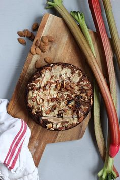Rabarberkaka med mandel, kokos & dadlar