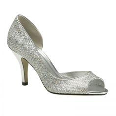 Bajo la falda de novia asoman dos lucecitas nacaradas en plata…¿son los zapatos de novia de cuento de hadas que buscabas?. MARISA, un sueño hecho realidad
