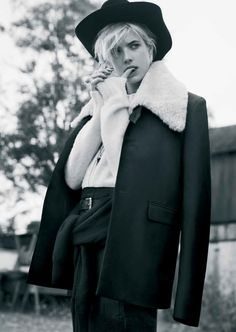 Great Deyn – For the latest edition of Twin Magazine, cover star Agyness Deyn takes on an androgynous western look in images photographed by Ben Weller. Feminine Tomboy, Tomboy Chic, Androgynous Models, Androgynous Fashion, Agnes Deyn, Marie Claire Australia, Heroin Chic, Portraits, Urban Chic