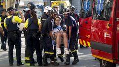 La police catalane et les services d'urgence déplacent un homme blessé après l'attaque terroriste sur La Rambla, à Barcelone (Catalogne, Espagne), le 17 août 2017. | QUIQUE GARCIA/EFE/SIPA / EFE