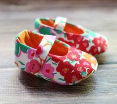 Sapatinho de bebê em tecido é lindo, é fofo e não dá muito trabalho para ser feito (Foto: thecottagemama.com)