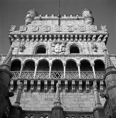 Torre de Belém, stadsdeel Belém, Lisboa. Renaissance-loggia. Koninklijk wapen van Manuel I