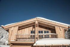 Gemütlicher Balkon und eine traumhafte Winterlandschaft Garage Doors, Cabin, House Styles, Outdoor Decor, Home Decor, Pictures, Winter Landscape, Balcony, Homemade Home Decor