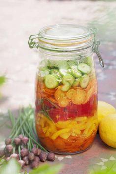 Förvara och bevara smaken, färgen och sommaren i en vacker burk. Mängden sötning är försvinnande liten men balanserar vinägersmaken. Vegetarian Recipes, Healthy Recipes, Mixed Vegetables, Kimchi, Chutney, Preserves, Pickles, Cucumber, Nom Nom