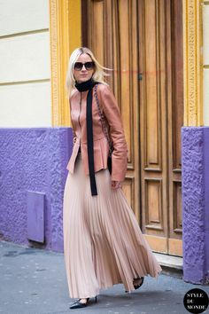 Right now the street style crowd is going crazy for the skinny neck scarf. Here's how to wear it. Street Style Chic, Foto Fashion, Street Looks, Skinny Scarves, Milano Fashion Week, Mode Hijab, Look Chic, Fall Trends, Fashion Outfits